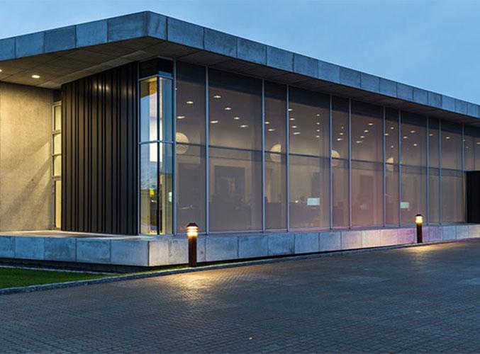 Moderne kontorbygning med god solskjerming